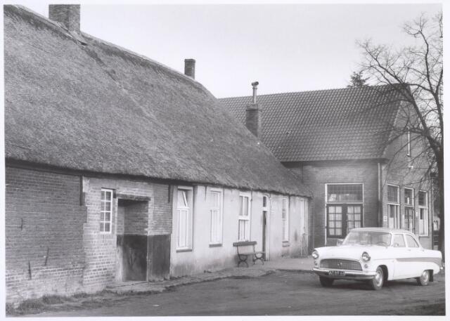 020167 - Hasseltplein. Café van C.A. Fouchier, gevestigd in een hoeve daterend uit 1608 nabij de Hasseltse kapel.  Het was een van de oudste hoeven van Tilburg. Het werd in 1964 gesloopt.