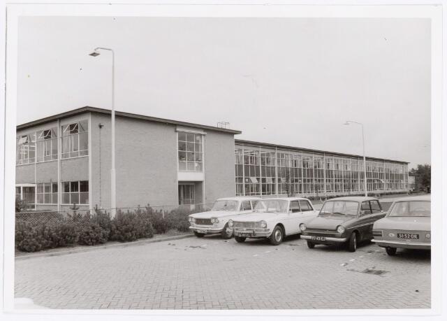 038643 - Volt. Noord. Gebouwen. Ca. 1970. ND de centrale werkplaats van Volt noord. Kwam gereed in 1964. Hierin waren verenigd de bedrijfsmechanisatie, de werkplaats van het vroegere E.T.Lab. en de aloude gereedschapmakerij annex machinefabriek. Ca. 1992 kwam hierin de afdeling K.M.T. (Kunststoffen en Metaalwaren Tilburg) wat in 2000 werd overgenomen door Key-Tec. In 2002 heeft Key- Tec Tilburg verlaten. Hiermee verdween het allerlaatste stukje Volt historie uit Tilburg, immers, hoewel K.M.T. niet meer van Volt was maar van Philips is dit bedrijf wel ontstaan uit de afd. Metaalwaren van Volt.
