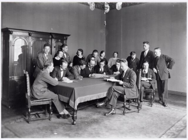 039417 - Volt, Zuid. Hulpafdelingen, Administratie. Foto van het administratief personeel gemaakt t.g.v. het afscheid van de heer Kuijlaars, commercieel directeur van Volt in 1925. Zittend v.l.n.r.: Wim v.d. Wetering, Dirk Oldenhof, Danser, Hubert, Dijs, Hugo Schuren, Lindhout en Huib Kuijsters. Staand v.l.n.r.: Huib v.d. Zilver, Jeanette Dieltjes, Jo Melis, Anneke Oosterhout, Jan v.d. Berg, Riet Desmares, Gon Brokken, Toontje Verschuren, Jan Brekelmans en Koos Desmares. Voltstraat was toen Nieuwe Goirleseweg.