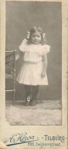 650895 - Gerritsen-Smits, Rosalie.  Rosalie op jonge leeftijd; ze werd geboren in 1866 in  Tilburg.