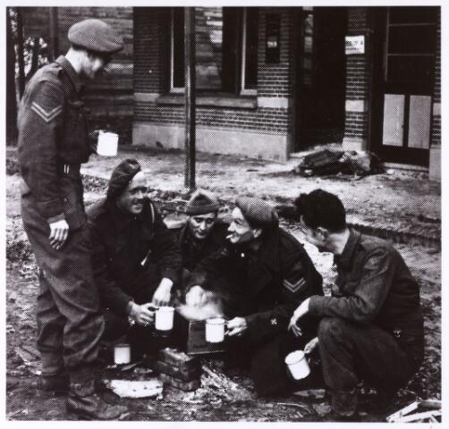 013117 - Tweede Wereldoorlog. Invasie Normandié. Leden van de Prinses Irenebrigade genieten langs de Bredaseweg van een kopje thee. Zij hielpen mee aan de bevrijding van Tilburg