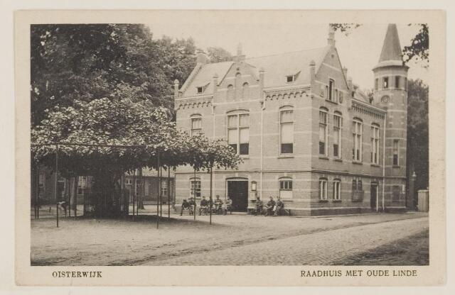 074336 - Het gemeentehuis aan de Lind te Oisterwijk. Links vooraan staat de oude Linde.