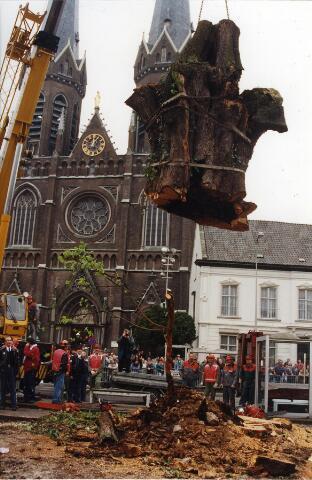 200401 - Op 27 april 1994 werd de eeuwenoude lindeboom op de Heuvel onder grote belangstelling van de Tilburgers gerooid. Volgens het college van B. & W. was de circa 350 jaar oude linde niet meer te redden. In de raad waren alleen Groen Links en de VVD tegen het kappen van de boom.
