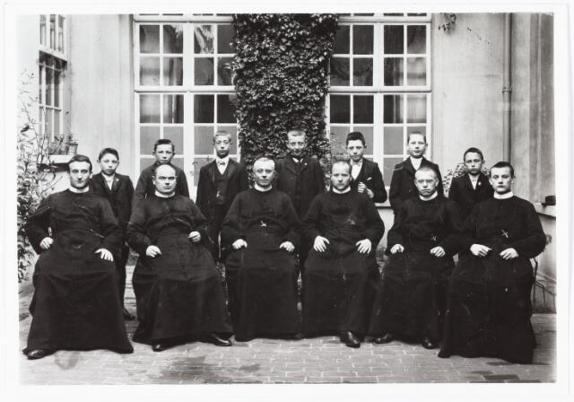 009478 - Kloosters. R. K Jongensweeshuis-drukkerij van de fraters van Tilburg. Personeel van de drukkerij; voorste rij zittend v.l.n.r. fr. Ignatius Smeulders, fr. Eugenius van Beers, fr. Dorotheus van Santvoort, fr. Romualdus Bogaerts, fr Richarius Venmans en fr. Bendictus v. Beurden; tweede rij staand, v.l.n.r. N.N., Sjef de Beer, W. van Dongen, Jan v. Ierland, Frans Versteden, Corn. Mutsaers en Kees v. Es.