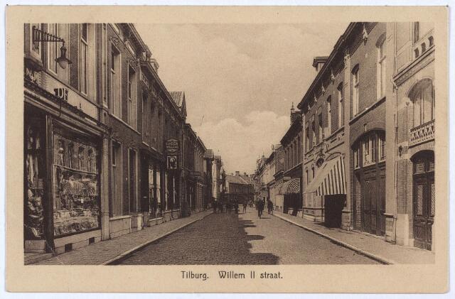 003035 - Willem II-straat vanuit de Heuvelstraat. Links magazijn 'de Duif'. De grote poort rechts was de doorgang van drogist Van Eysden in de Heuvelstraat. De deur geheel rechts gaf toegang tot de bovenwoning Willem II-straat 102. Links van de poort pand Willem II-straat 100. Vanaf 1917 woonde hier de grossier in suikerwerken Waltherus Cornelis van Ham, geboren te Diessen op 31 december 1867 en getrouwd met Ida Kocken, geboren te Megen op 16 april 1867. Van Ham overleed hier op 14 februari 1923. Zijn weduwe verliet het pand in 1928 en werd opgevolgd door haar zoon Jacobus H. van Ham, geboren te Oss op 28 februari 1894 en op 10 april 1928 in Tilburg getrouwd met Catharina J.A.M. van Vlimmeren, geboren te Tilburg op 4 februari 1902. Jacobus H. van Ham was ook grossier in suikerwerken. Hij verhuisde met zijn gezin in 1931. De zaak van Van Ham stond bekend als 'de Tilburgsche Koekwinkel'.