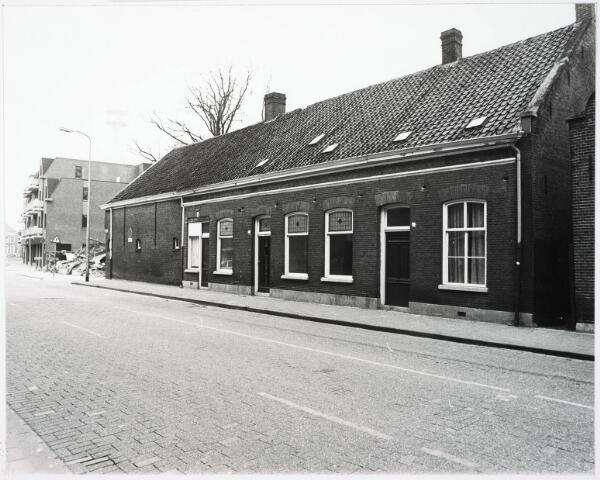 033164 - Voorgevels van de woning en de boerderij aan de Telegraafstraat 11 en 9; deze boerderij stond midden in het centrum van Tilburg; eigendom van de fam. Vermelis; gebouwd omstreeks 1900;machinekamer voor malen van graan en een melkkamer werden bijgebouwd in 1914; de schuur werd herbouwd na een brand op 9 november 1932 op 24 februari 1933; tot 1962 werd er geboerd daarna naaar de Kommerstraat en boerderij is gesloopt in 1977