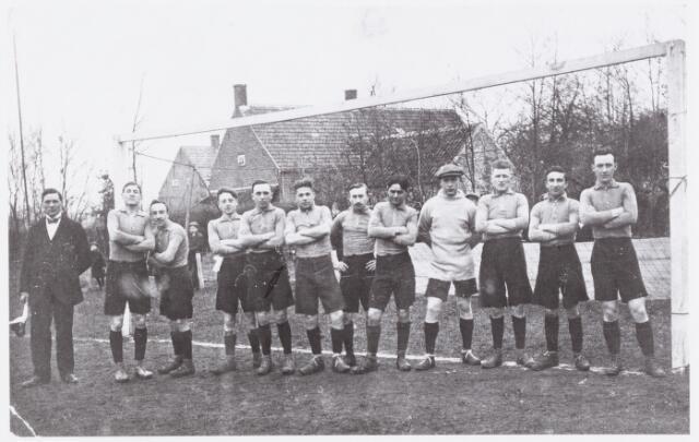 054158 - Sport. Voetbal. NOAD. Aan het einde van het seizoen 1917/1918 promoveerde Noad naar de eerste klas Zuid van de N.V.B. Op de foto het elftal dat zich in het eerste jaar op het hoogste niveau uitstekend wist te handhaven.