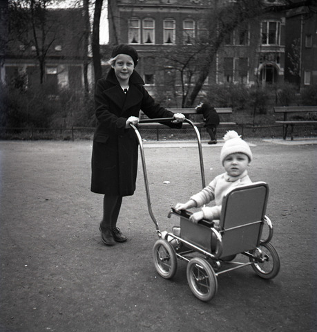 654388 - Privéarchief Schmidlin. In de kinderwagen Louis Willem Schmidlin (Boy), de zoon van de fotograaf. Het meisje is een nichtje Lieve, wiens moeder ook een Schmidlin was.