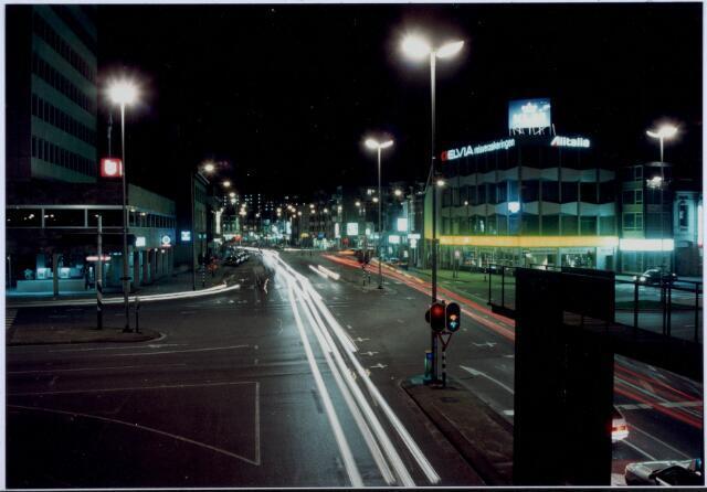 021117 - Sfeervolle foto van de Heuvel bij nacht. Op de voorgrond een kunstwerk nabij de spoorbrug. In de volksmond stond het bekend als 'de duikplank'
