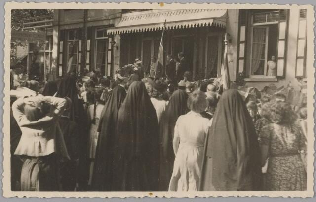 083565 - Hulde aan Koning Leopold en aan Koningin Wilhelmina die evenals prinses Juliana staan op landgoed Anneville (na bevrijding in 1945 van Zuid-Nederland), 18 maart 1945