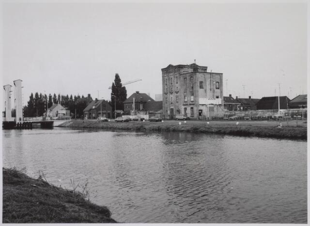 026090 - Voormalige fabriek aan de Lovense Kanaaldijk. Links de brug aan de Bosscheweg