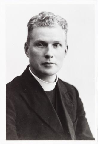 008097 - Father W. Wagenaar van het missiehuis Mill Hill voor zijn vertrek naar Sarawak (Indonesie) 25-10-1935.
