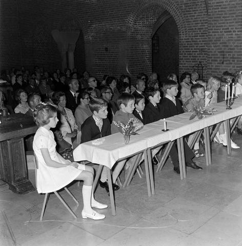 1237_012_983-3_006 - Religie. Kerk. Communicanten. De eerste Heilige Communie in de Maria Boodschap kerk in Goirle in mei 1971.