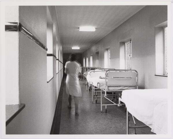 041823 - Elisabethziekenhuis. Gezondheidszorg. Ziekenhuizen. Gang met bedden in het St. Elisabethziekenhuis.