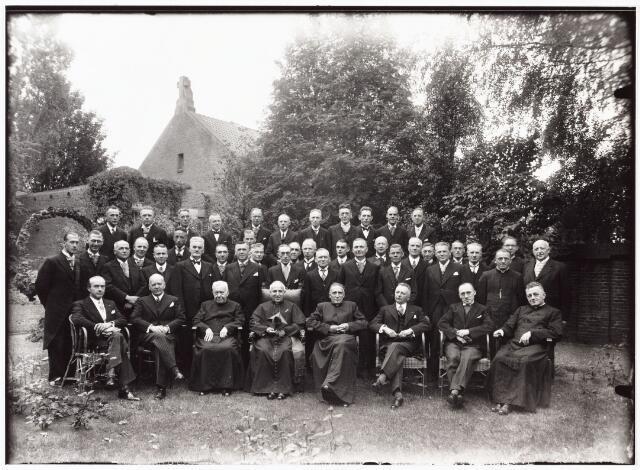 010042 - Inzegening van het orgel in de kerk H. Margarita Maria a la Coque, pastoor W.J. Klijn door mgr. W.P.A.M. Mutsaerts benoemd coadjutor. Zittend: vlnr: 3e Mgr. Sweens, 4e mgr. Mutsaerts, 5e pastoor W.J. de Klijn (1884-1959) verder kerkbestuur, orgelcomité en zangkoor.