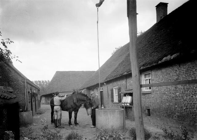 050313 - J. van Haaren en zoon Harrie, die later op de boerderij woonde. Houtsestraat A112, Udenhout