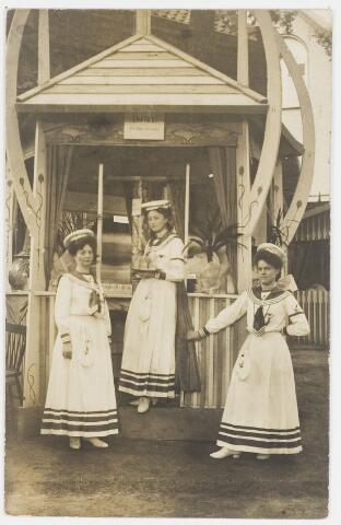 068215 - Muziekfeesten. Zomerkermis gehouden van 25 - 29 juni 1904. Op de foto  v.l.n.r. Louise Kerstens-Swagenmakers, Maria van Spaendonck-Loven? en Adeline Janssens (wonende Boerhavestraat 88)