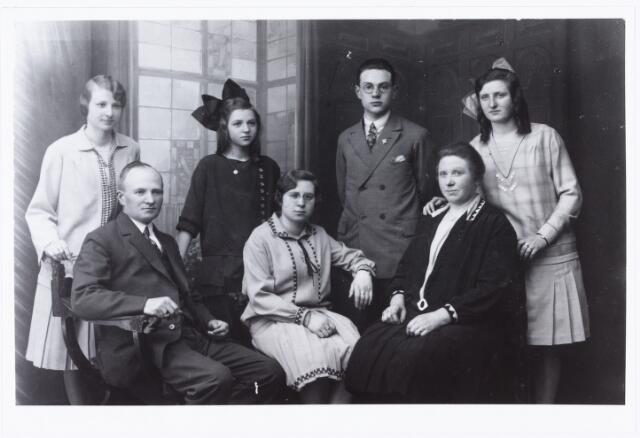 007571 - Van links naar rechts Johannes Henricus Oostelbos geboren Tilburg 17.5.1878, winkelier en gros in tabak aan de Zomerstraat nummer 41 (vanaf 1932 nummer 44), zijn dochter Johanna Maria Cornelia (Anneke) geboren Tilburg 14.1.1907 en zijn vrouw met wie hij op 24.8.1904 trouwde, Adriana (Jana) van der Staak geboren Tilburg 16.2.1879. Op de bovenste rij van links naar rechts Cornelia Maria Adriana (Cor) geboren Tilburg 6.7.1905, Anna Elisabeth Cornelia (Lies) geboren Tilburg 26.11.1915, Wilhelmus Cornelis Joannes (Wim) geboren Tilburg 11.1.1909 en Maria Cornelia Anna geboren Tilburg 1.2.1911. Foto genomen ter gelegenheid van de zilveren bruiloft in 1929.