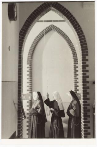 009340 - Kloosters. Zusters van Onze Lieve Vrouw van het Cenakel. Zusters bij het klokkentouw van het Cenakel