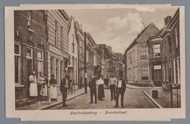 058114 - Brandestraat in Geertruidenberg. Geheel links bakker J. de Kroon. In het midden een timmerman met gereedschapskist.