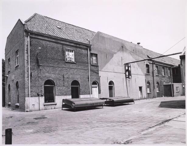 023328 - Achterzijde van het voorste deel van de voormalige lancierskazerne aan de St. Josephstraat. Nadat wollenstoffenfabriek Beka het pand had verlaten, raakte het enigszins in verval, maar werd gerestaureerd en omgebouwd tot een kantoorcomplex