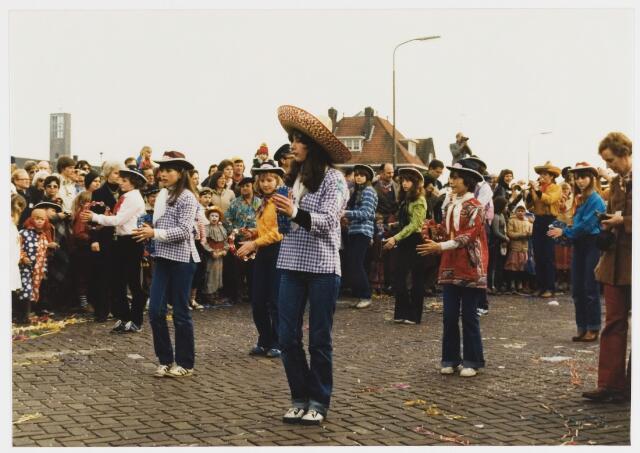 068334 - Carnaval. Een groep uit de carnavalsoptocht van 1980 klaar voor de start.