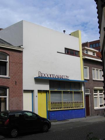 655529 - Monumentenzorg, Monument.  Voormalige BROODBAKKERIJ uit 1932 in de stijl van het Functionalisme (de Stijl), naar ontwerp van architect S.G. Barenbrug (1892-1987), nu in gebruik als woonhuis.