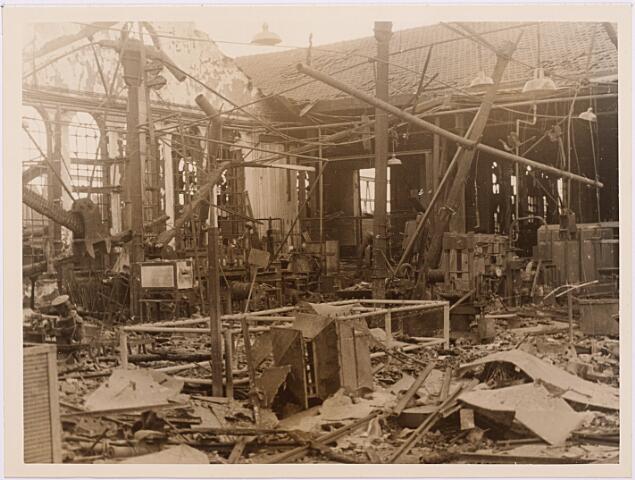 013160 - WOII; WO2; Tweede Wereldoorlog. Vernieling werkplaats NS. Dit bleef er over van de centrale werkplaats van de NS na een drie dagen durend bombardement van de Duitsers eind september 1944