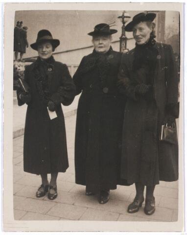 006331 - V.l.n.r.: Dulphke van der Zanden, haar moeder Maria Adriana Oosterbaan, en haar zuster Ferdy.