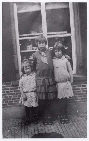 012033 - Snoepwinkeltje in de voormalige Koningswei. De kinderen zijn van links naar rechts: Riet van den Biggelaar, Annie Dankers en N.N.