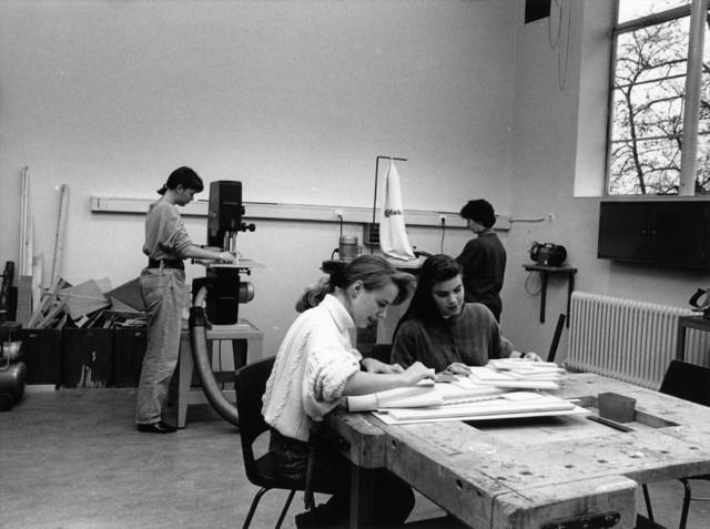 1238_F0259 - Onderwijs. Meisjes aan het werk in een handenarbeidlokaal van een L.T.S.