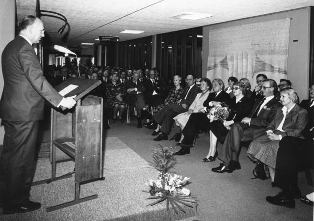 """1238_F0015 - Opening Instituut Verbeeten. In 1953 werd het instituut opgericht als """"Radiotherapeutisch Instituut Tilburg"""". Na de verhuizing in 1981 naar de Brugstraat (naast het TweeSteden ziekenhuis), werd het genoemd naar de eerste geneesheer-directeur, Dr. Bernard G. J. M. Verbeeten als """"Dr. Bernard Verbeeten Instituut"""". Sinds 2009 voert het instituut de naam: Instituut Verbeeten."""