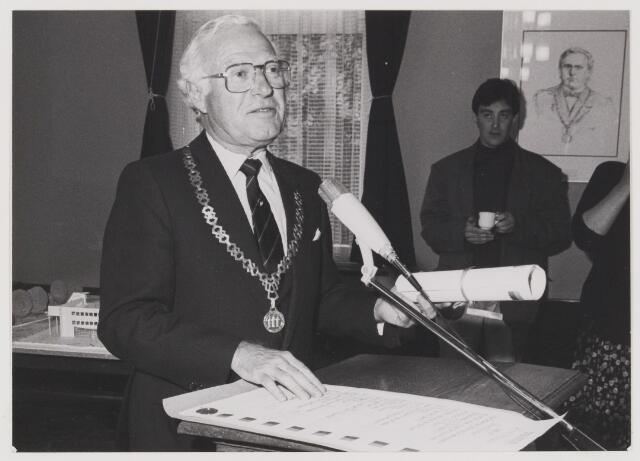 077965 - De eerste steen van dit gemeentekantoor is gelegd op 19 mei 1988 door het gemeentebestuur van Oisterwijk. H.W.G. Opheij          Burgemeester J.C. Verhoeven        Wethouder M.J.C.A. Ermen       Wethouder Th. P. L. van Rooij    Wethouder P. W. G. Houx          Secretaris Architect: M. J. Becka Bureau Becka Wilmmink, Den Haag Aannemer: Bouwmaatschappij Betonwerken B.V. Eindhoven
