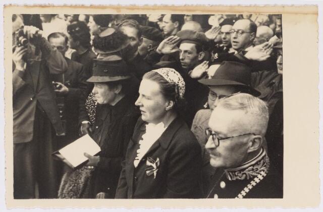 042765 - Koninklijke Bezoeken. H.K.H. prinses Juliana op het balkon van het Paleis-Raadhuis tijdens haar bezoek aan de stad de nationale feestdag, de eerste na de bevrijding. Links van haar de burgemeestersvrouw J. van de Mortel-Houben en rechts de burgemeester Van de Mortel.