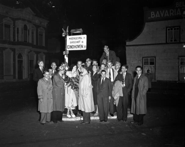 650490 - Schmidlin. Leden van het dispuut van het Tilburgs Studenten Corps St. Olof, gefotografeerd op de splitsing Bosscheweg (thans Tivolistraat) (links) St.Josephstraat (rechts).