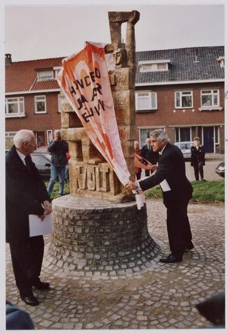 """050100 - Volt, Algemeen, Kunstwerken, Onthulling, Voltvonk. Op 30 oktober 2002 werd dit monument opnieuw onthuld op het Transvaalplein, een locatie dicht bij het oude Voltterrein. Onder toezicht van oud directeur van Volt, Ir. A. Hoevenaars links, trachtte Burgemeester J. Stekelenburg  de Voltvonk te onthullen. Hij trok aan beide einden van het doek wat de omstanders deed uitroepen: """" Voorzichtig, direkt valt het om""""."""