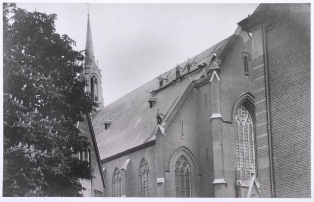 018565 - Reparatie aan het dak van de paterskerk aan de Gasthuisring. De kerk werd in 1861 ingewijd door mgr. Zwijsen en in 1956 afgebroken en vervangen door een andere