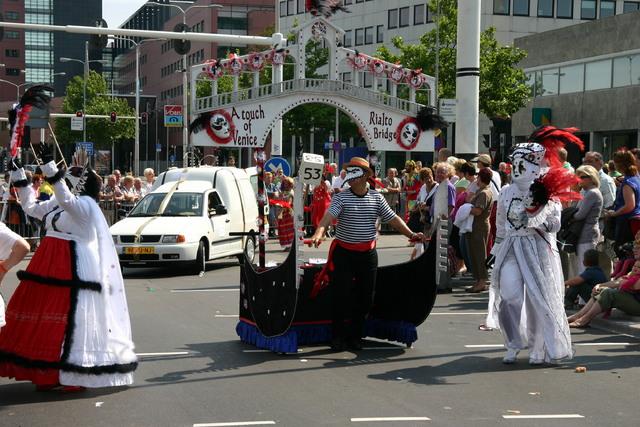 657366 - De T-parade. Een kleurrijke multiculturele optocht door het centrum van Tilburg. De vele culturen van Tilburg worden getoond.