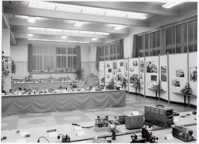 038916 - Volt. Zuid. Tentoonstelling van de Volt vakliedenopleiding april 1957 in de kantine aan de Voltstraat. Hier een overzichtsfoto.