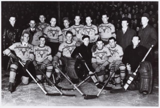 054309 - Sport. IJshockey. Tilburg Trappers. In het seizoen 1946?1947 werd T.IJ.S.C. Kampioen van Nederland. Op de foto staande v.l.n.r.: Huub van Laarhoven, Frans Franken (Voorzitter), Jules Leynen, J. van Rijswijk, Toon v.d. Ven, Jan v.d.Ven,Erwin Schroeder, Nico Kremers, Jacky Coulter (trainer-coach) en Gerrit Villevoye (secretaris).  Knielend v.l.n.r.: Fons Rutten, Jos Jacob, J.Marijnissen (Captain), Toon van Rijswijk, Frans Koch, Fons de Laat en Jo Noijens.