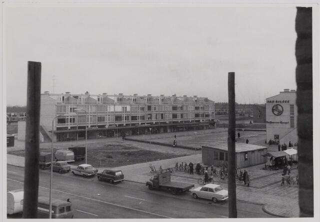 040676 - Donderdagmarkt op de Westermarkt. Gezicht op de noordzijde van de Westermarkt genomen vanaf de in aanbouw zijnde flats aan de overkant van de Statenlaan (1964).