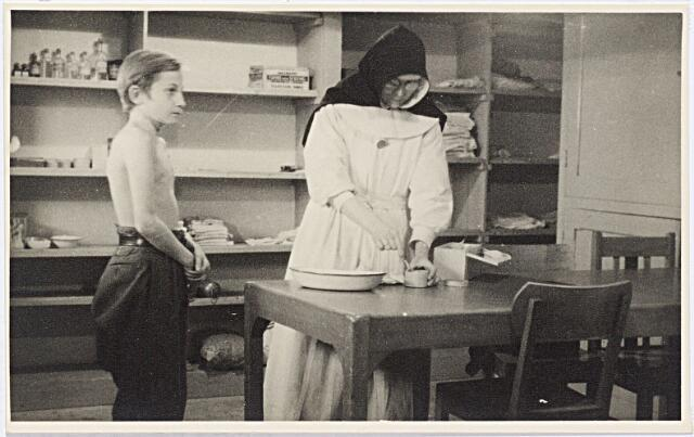 012286 - WO2 ; WOII ; Tweede Wereldoorlog. Evacuatie. Jongetje uit de Betuwe wordt gekeurd in een noodziekenhuis in de Leo XIII-school. Op 6 november 1944 werd in Tilburg het Oorlogscomité opgericht door mevrouw Van de Mortel, echtgenote van de burgemeester. Twee weken later, nadat de eerste evacués waren gearriveerd, richtte kinderarts Jacques Keyzer het Evacuatie Comité op