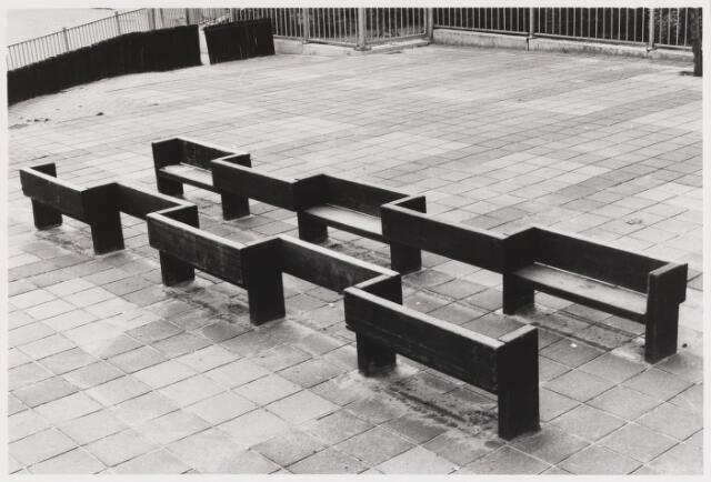 """067643 - SPEELOBJECT van beeldhouwer Nico van den BOEZEM (Leerdam 1935), geplaatst op de speelplaats van de R.K. basisschool """"De Alm"""", Groenewoudstraat 70. Materiaal: hardhout (Meranti). Realisatie: 1979"""