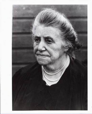 008062 - Emigratie. Henrica Johanna van Beurden (Jet) geboren Tilburg 8 maart 1874 trouwde aldaar 21 november 1894 met schrijnwerker Adrianus Joannes Verweijmeren. Zij verhuisde op 19 september 1896 met haar man en twee kinderen naar Londen, Engeland.
