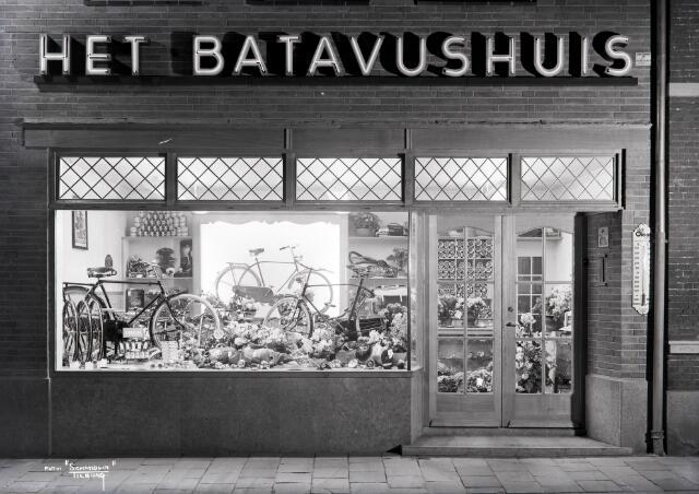 650523 - Schmidlin. Fietsenhandel A. Spijkers aan de Leo XIII-straat 85, april 1950.
