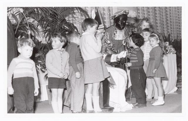 038881 - Volt. Zuid. Ontspanning. Viering Sint Nicolaas voor de kinderen van het personeel in 1959. Sinterklaas. St. Nicolaas