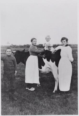 045944 - Greta (links) en Truda (rechts) de Brouwer, dochters van wethouder Adriaan de Brouwer en Anna Maria van Roessel. De kinderen zijn onbekend.