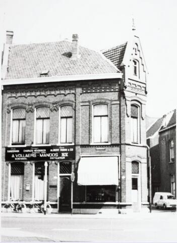 032879 - Winkels. Voorgevel van het winkelpand A. Vollaers- Mandos N.V.aan de Stationsstraat 48-50/ hoek Tuinstraat.