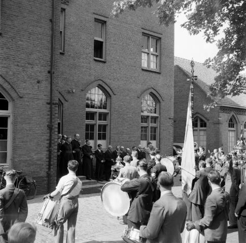 050385 - 4o-jarig bestaan van St. Josephstudiehuis van de St. Josephcongregatie van Mill Hill, gesticht door dr. Ahaus en gebouwd in de jaren 1914/1915 onder architectuur van Jan van der Valk. Het gebouw stond weldra bekend als 'de rooi pannen', tevens dr Ahaus herdenking.