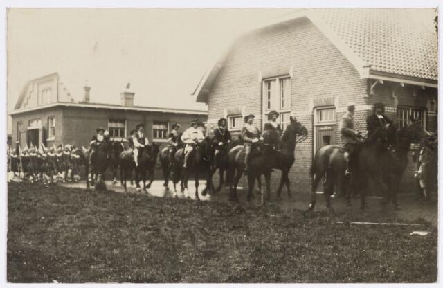 048903 - Optocht ter gelegenheid van de kroningsfeesten bij het 25-jarig jubileum van koningin Wilhelmina (1923-1924) deelnemers verzamelen zich op de Kromhout kazerne te Tilburg.